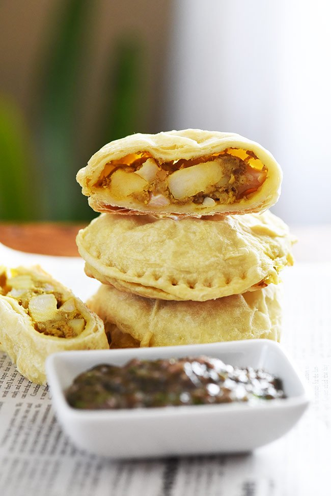 Indian-spiced Potato and Cauliflower Pockets. Amazing with mint chutney. Super easy to make. Try them for lunch, as an appetizer or dinner!
