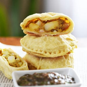 Indian-spiced Potato and Cauliflower Pockets. Amazing with mint chutney. Super easy to make. Try them for lunch, as an apetizer or dinner!